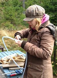 Lena monterar bränslefiltret
